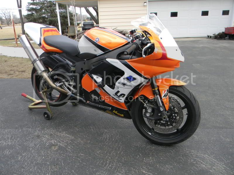 http://i972.photobucket.com/albums/ae204/rocketmanbill/R6%20Track%20Bike/DSCN1229.jpg